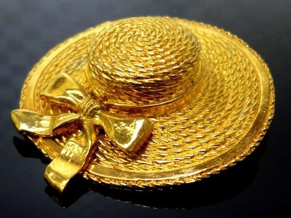 Cài áo Chanel hình chiếc mũ