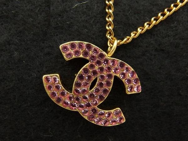Vòng cổ Chanel đính đá màu hồng