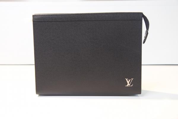 MS Túi Louis Vuitton cầm tay taiga đen logo kim loại trắng