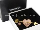 Cài áo Chanel hình mũi tên